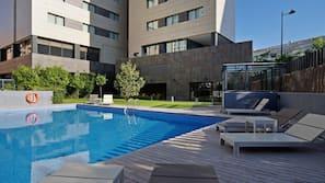 Una piscina al aire libre de temporada (de 10:00 a 20:30), tumbonas