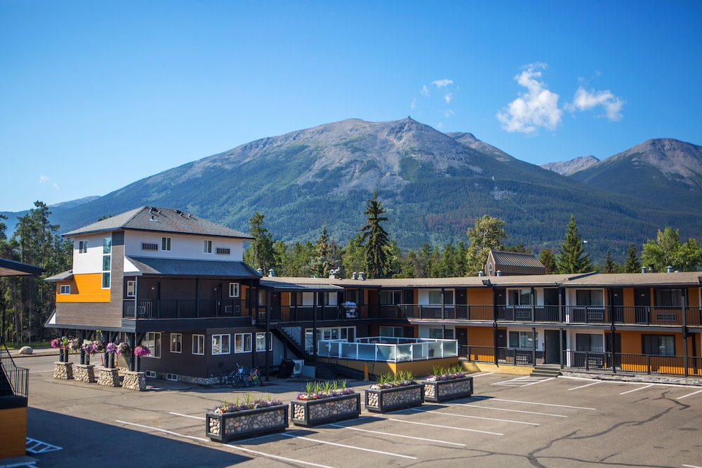 Parking, Mount Robson Inn