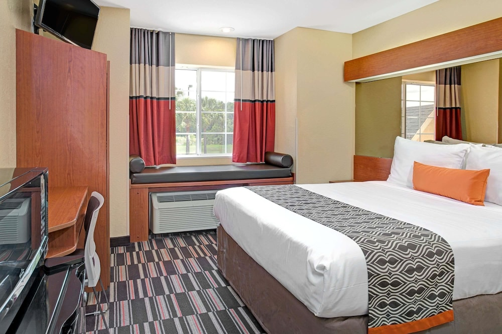 Room, Microtel Inn & Suites by Wyndham Bushnell
