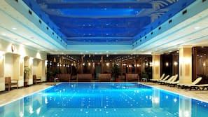 3 piscine coperte, piscina stagionale all'aperto, ombrelloni da piscina