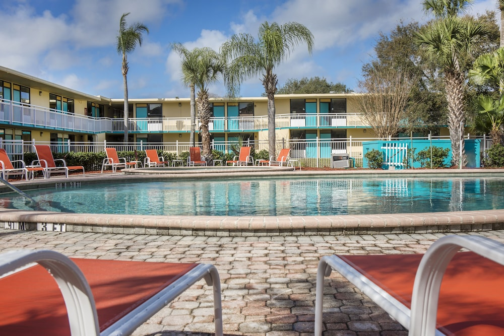 Outdoor Pool, Clarion Hotel Orlando International Airport