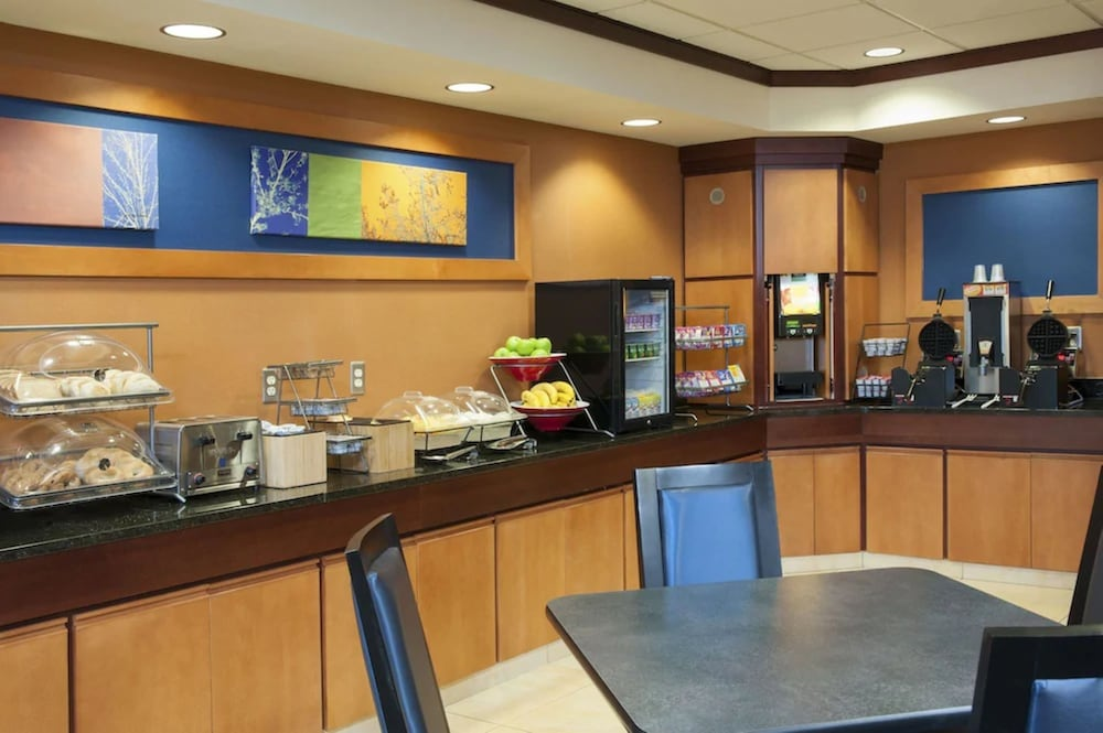 Breakfast buffet, Fairfield Inn and Suites by Marriott Muskegon Norton Shores
