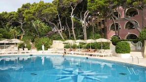 9 piscines extérieures, parasols de plage, chaises longues