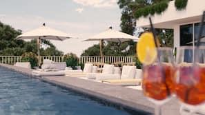 Una piscina al aire libre de temporada (de 9:00 a 20:00), sombrillas