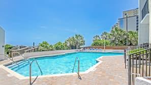 Piscine couverte, piscine extérieure, chaises longues