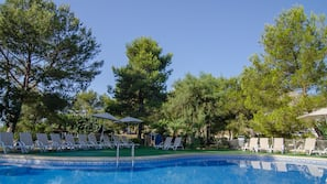 Outdoor pool, open 10 AM to 6 PM, pool loungers