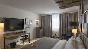 Cassaforte in camera, una scrivania, postazione laptop, tende oscuranti
