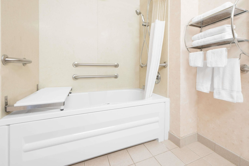 Bathroom, Days Inn & Suites by Wyndham Dumas