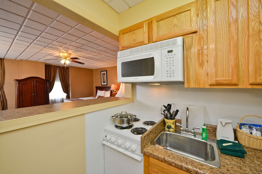 Private Kitchen, Genetti Hotel, SureStay Collection by Best Western