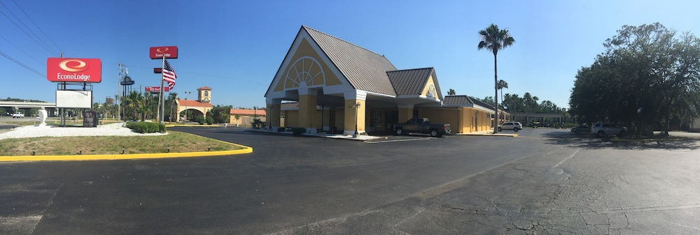 Front of Property, Econo Lodge