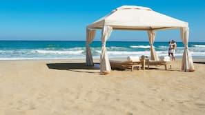 Plage à proximité, chaises longues, parasols, serviettes de plage