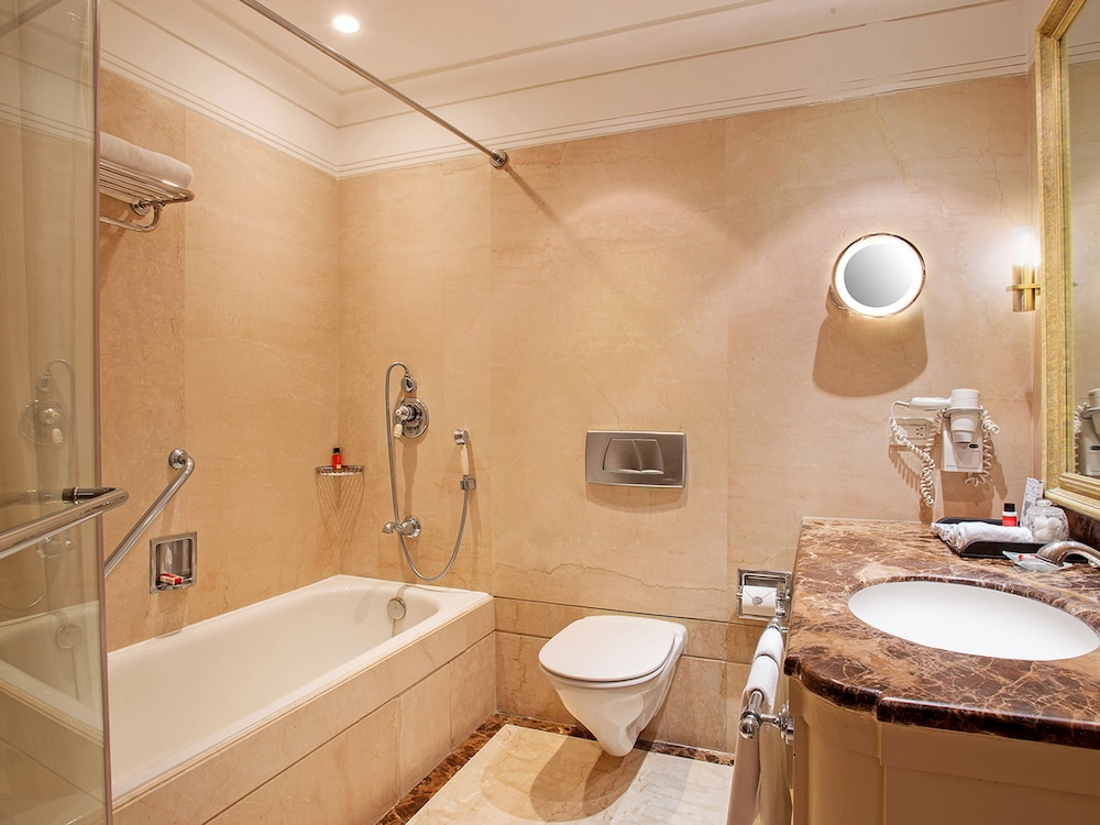 Bathroom, The Claridges New Delhi
