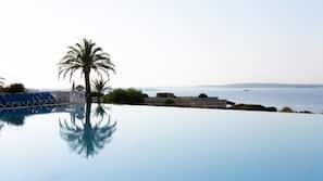 시즌별로 운영되는 야외 수영장, 수영장 파라솔, 일광욕 의자