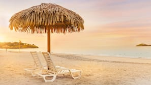 Aan het strand, wit zand, gratis strandcabana's