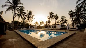 3 piscine all'aperto, ombrelloni da piscina