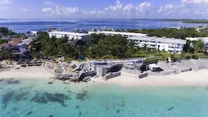 Ubicación a pie de playa, arena blanca, tumbonas y sombrillas