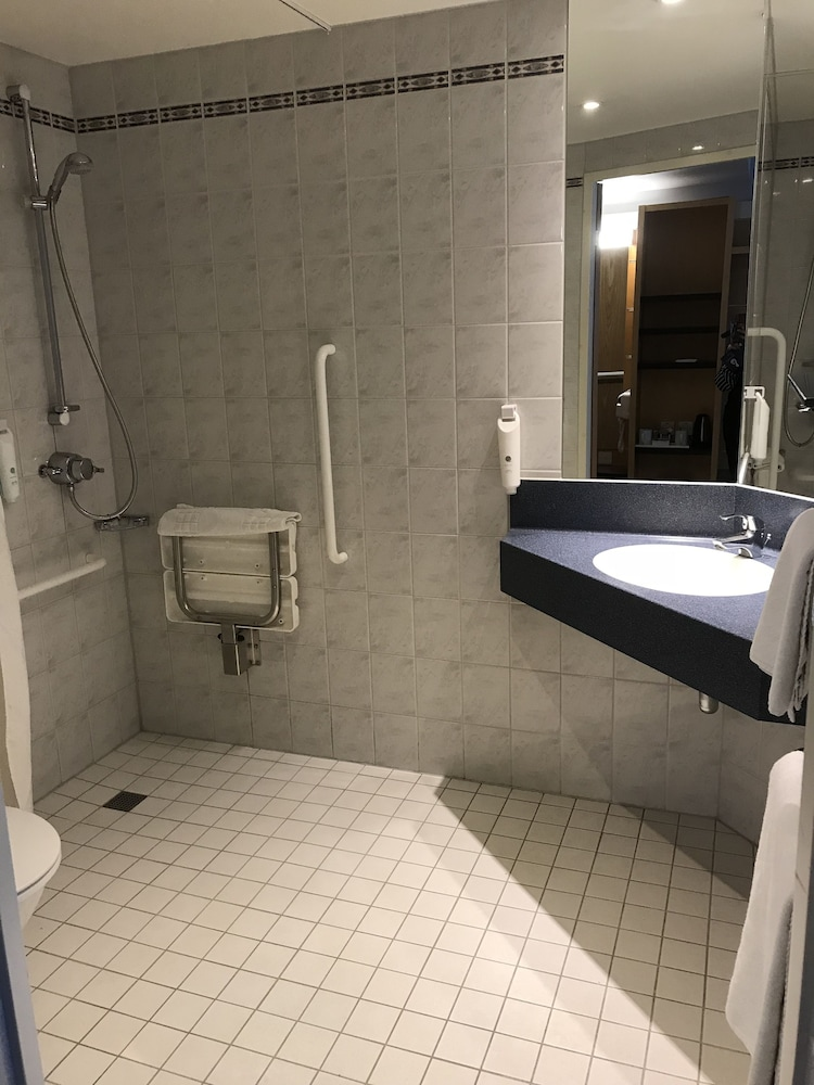 Bathroom, Holiday Inn Express Southampton M27 Jct7