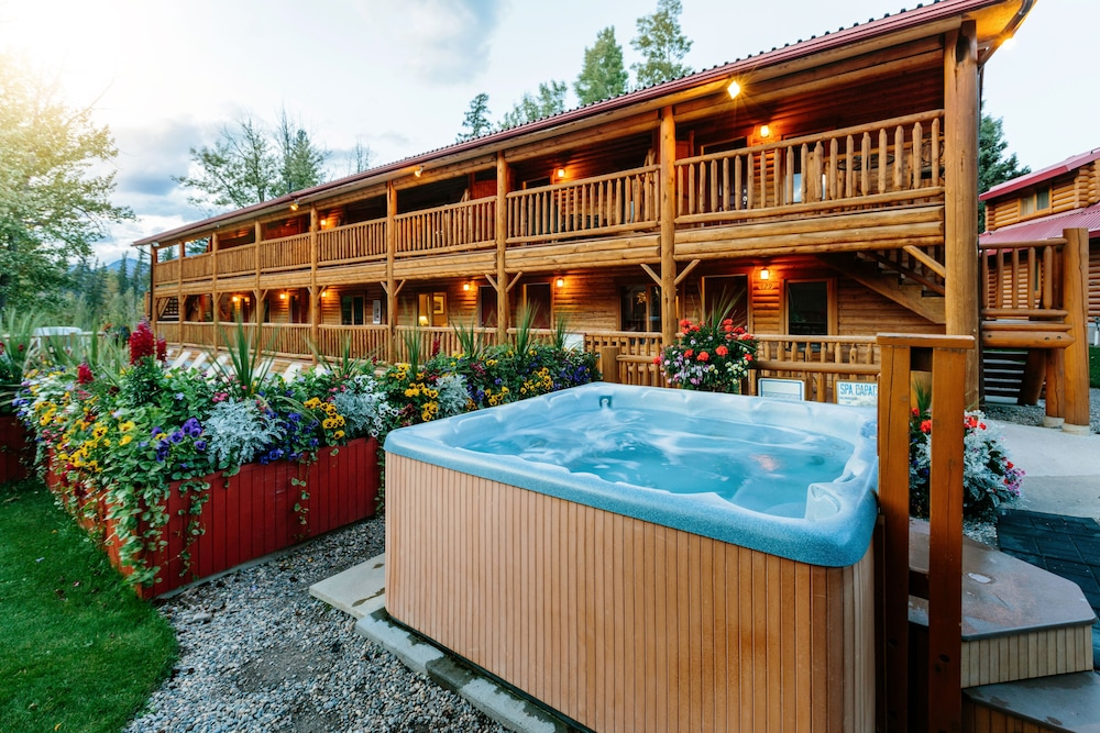 Outdoor Spa Tub, Pocahontas Cabins