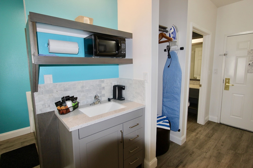 Private Kitchenette, Luxury Suites Pensacola