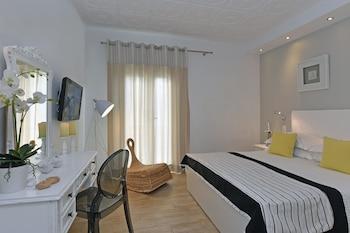 ギリシャのパロス島で女性一人で泊まれるリーズナブルなホテルは?