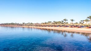 Am Strand, Shuttle zum Strand, Liegestühle, Sonnenschirme