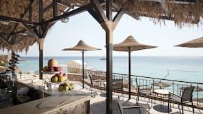Plage, chaises longues, serviettes de plage, beach-volley