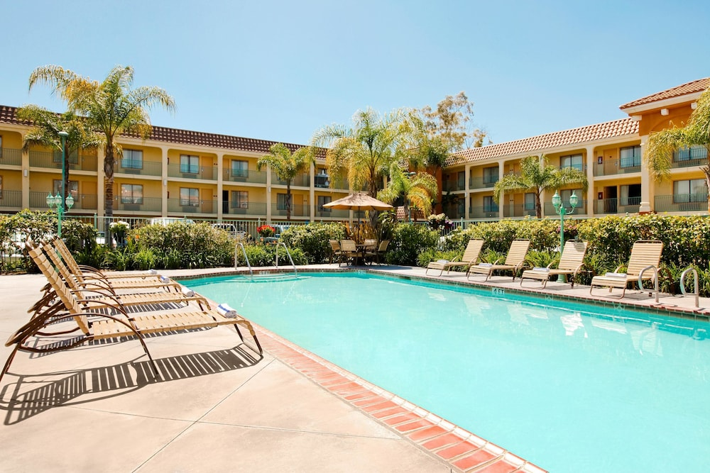 Outdoor Pool, Cortona Inn & Suites Anaheim Resort