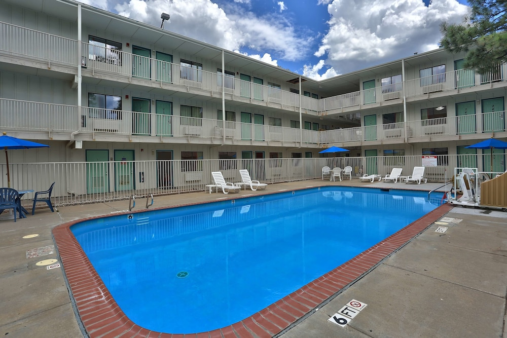 Outdoor Pool, Motel 6 Flagstaff, AZ - West - Woodland Village