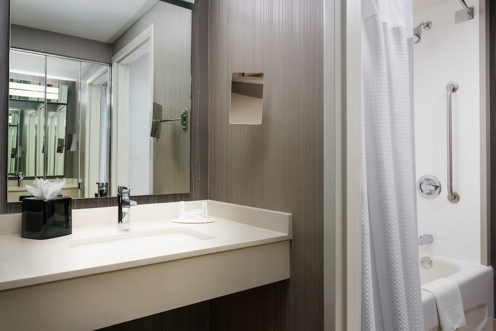 Bathroom, Courtyard by Marriott Chicago Magnificent Mile