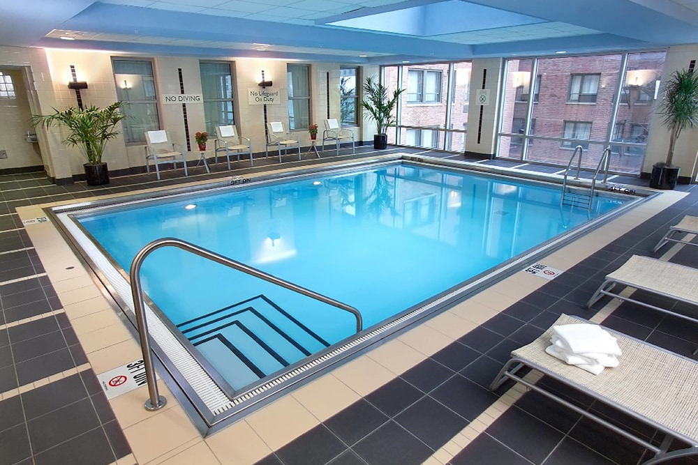 Indoor Pool, Courtyard by Marriott Chicago Magnificent Mile