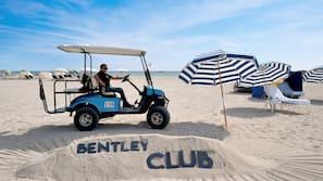 Am Strand, weißer Sandstrand, Cabañas (gegen Gebühr), Sonnenschirme