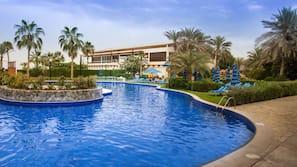 3 piscines extérieures, cabanons gratuits, chaises longues