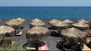 Am Strand, Sonnenschirme, Strandtücher