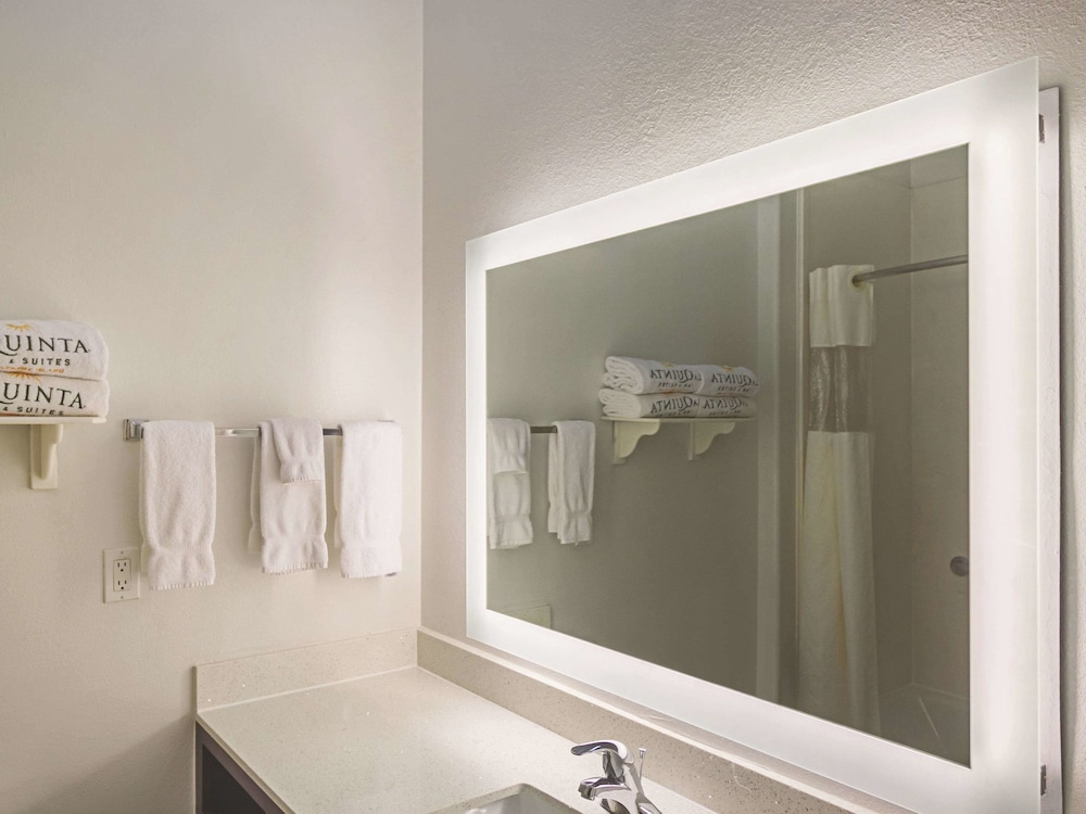 Bathroom, La Quinta Inn & Suites by Wyndham South Padre Island Beach
