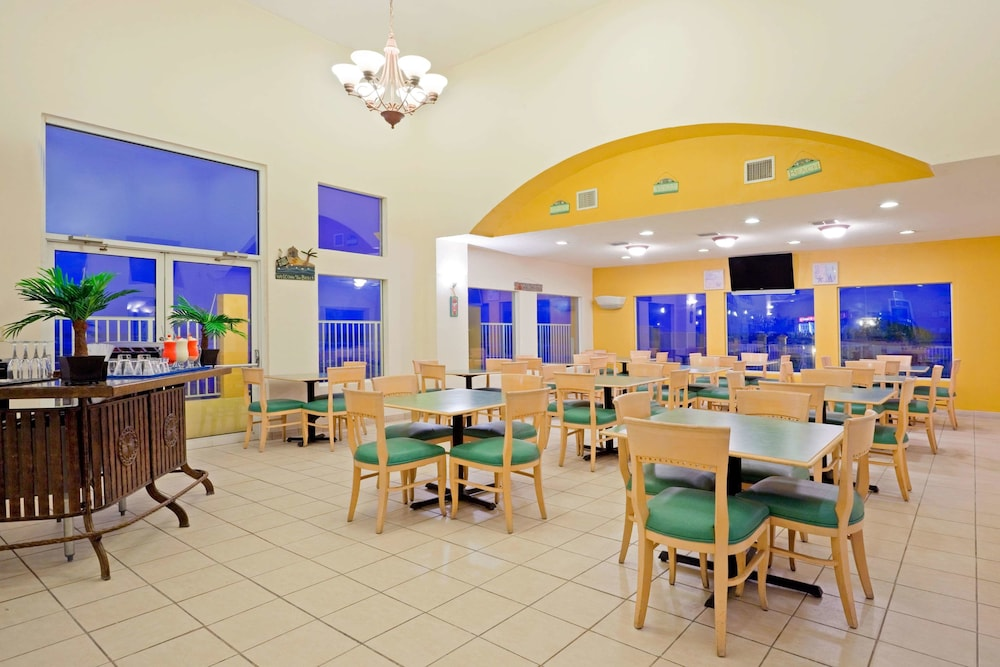 Dining, La Quinta Inn & Suites by Wyndham South Padre Island Beach