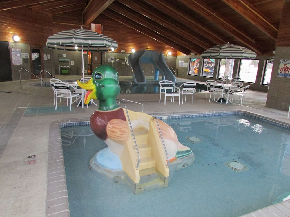 Pool, AmeriVu Inn & Suites