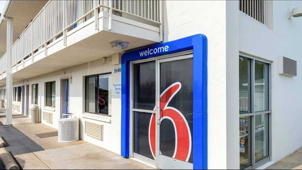 Property Entrance, Motel 6 Redding, CA - Central