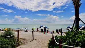 Na praia, areia branca, toalhas de praia, bar na praia