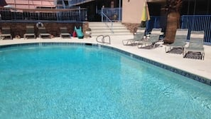 실내 수영장, 4 개의 야외 수영장, 일광욕 의자