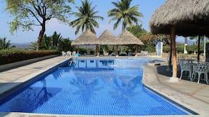 5 piscinas al aire libre (de 8:00 a 20:00), sombrillas, tumbonas