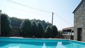 Una piscina al aire libre de temporada (de 12:30 a 21:30), sombrillas