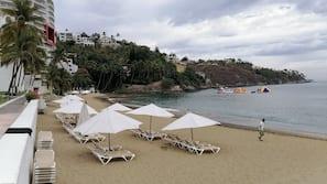 Ubicación a pie de playa, arena blanca, sombrillas y vóley playa