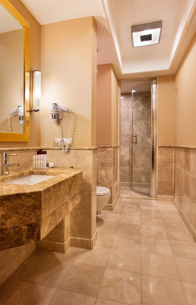 Bathroom, DoubleTree by Hilton Hotel Van