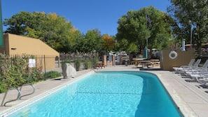 Een buitenzwembad