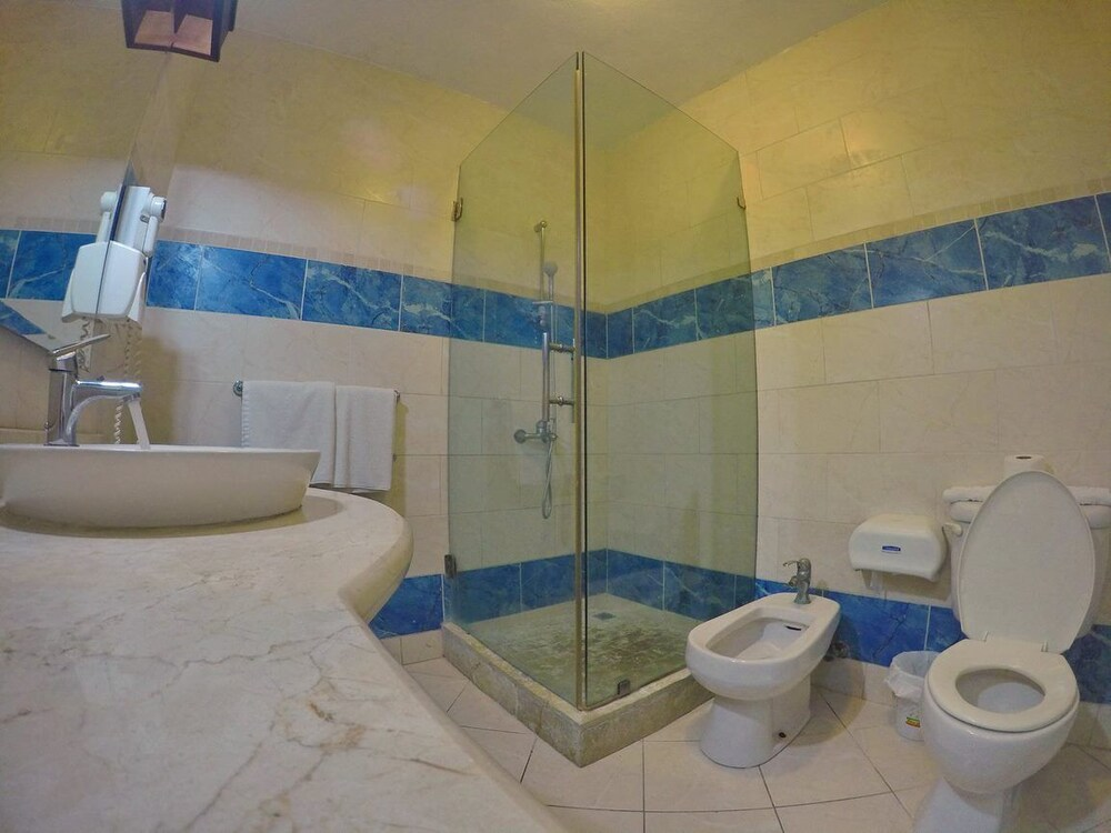Bathroom, New Garden Hotel
