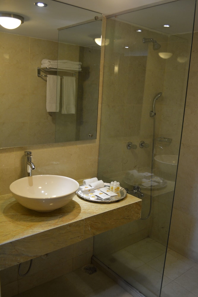 Bathroom, Grand Oriental Hotel