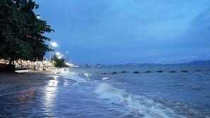 Pantai di sekitar dan handuk pantai
