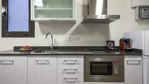 Jääkaappi, mikroaaltouuni, kahvin-/teenkeitin