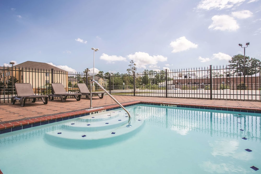 Pool, La Quinta Inn & Suites by Wyndham Hattiesburg - I-59