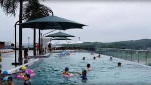 4 개의 실내 수영장, 4 개의 야외 수영장